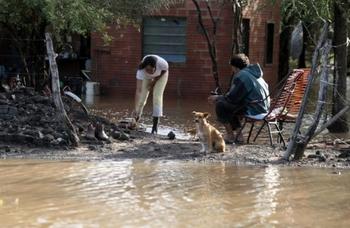 Familias tobas afectadas por la inundación en La Plata. (Foto: Infonews)