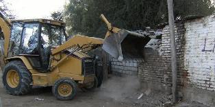 "Pala mecanica voltea una casa en villa ""Canal de las cascadas"". Foto: Vale ((I))"