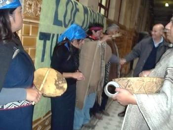 Foto: Comunidad Maliqueo reclamando en la sede central del INAI