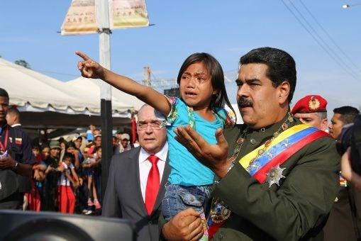 Voceros de la derecha viralizaron el video en redes sociales para hacer creer que la multitud había atacado al mandatario venezolano.