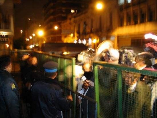 Manifestantes patean...