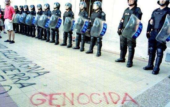 genocidas...
