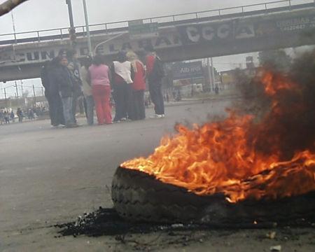 Queman gomas y tiran piedras en Santiago durante protestas callejeras; cierran el tránsito