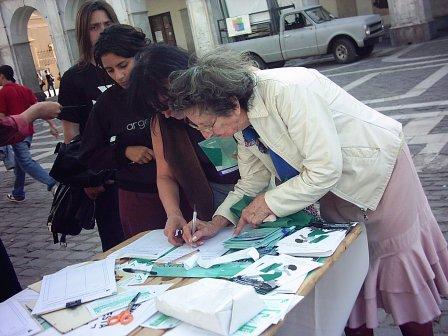 Mujeres firmando......