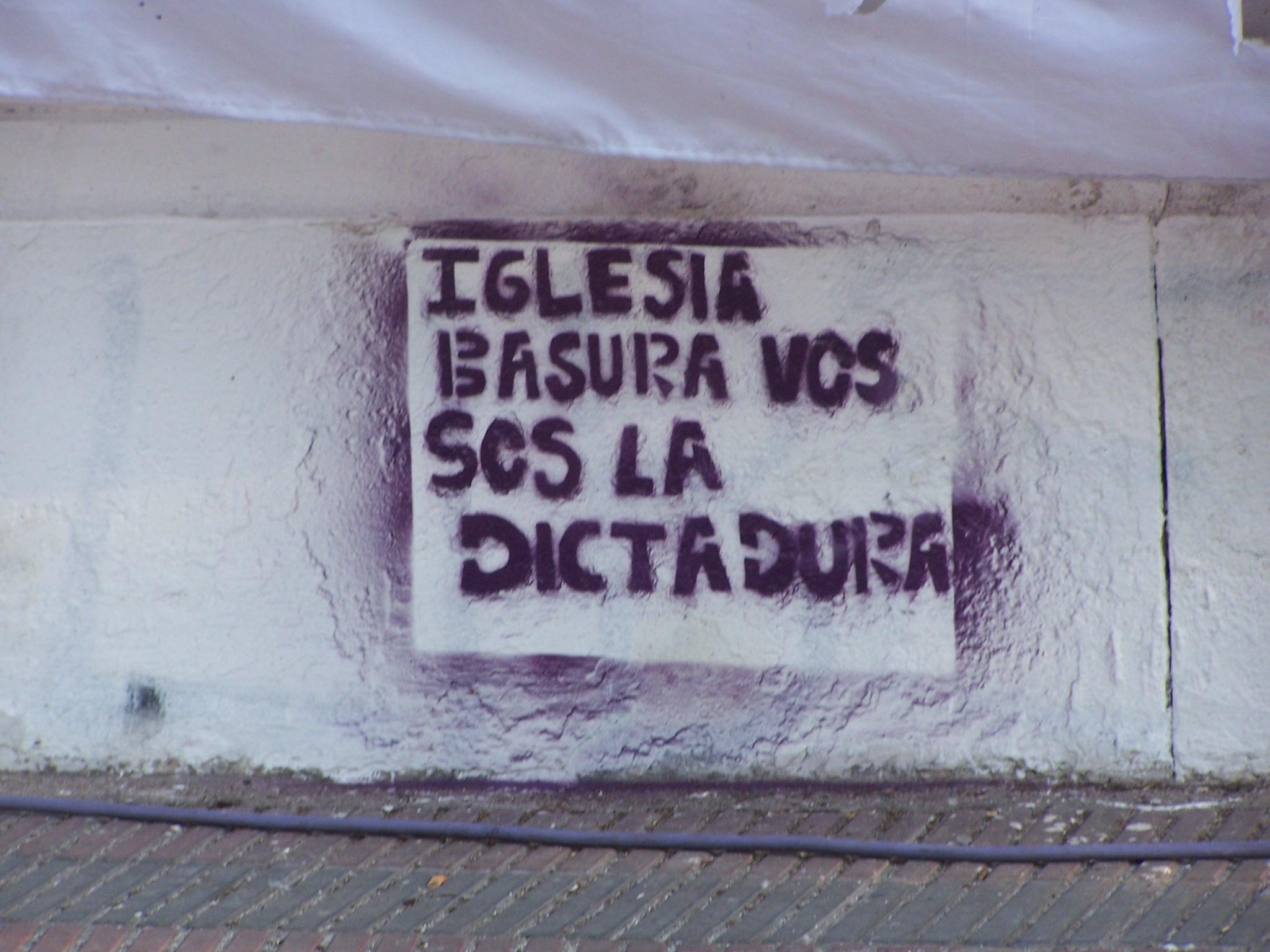 http://argentina.indymedia.org/uploads/2007/09/iglesia_basura.jpg