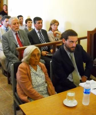 Ramona Bustamante junto a su abogado defensor en la Sala de Audiencias de Dean Funes