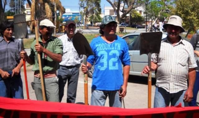 Con herramientas de trabajo, se manifestaron pidiendo justicia para la campesina Ramona Bustamante, desalojada de su tierra por los hermanos Scaramuzza