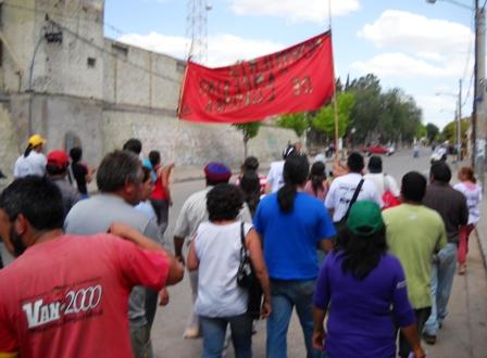 Manifestantes en favor de Ramona Bustamante avanzan por calle Domingo Cabrera (Deán Funes) rumbo al juzgado