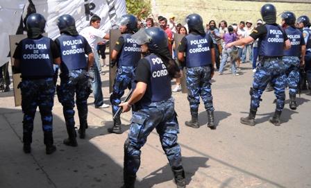 La guardia de infanteria cierra el paso a las organizaciones sociales que se dirigen hacia tribunales