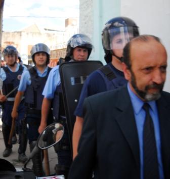 Efectivos policiales custodian al letrado