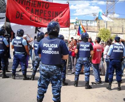 La Policia intercepta a los manifestantes frente al estadio Fuhad Cordi