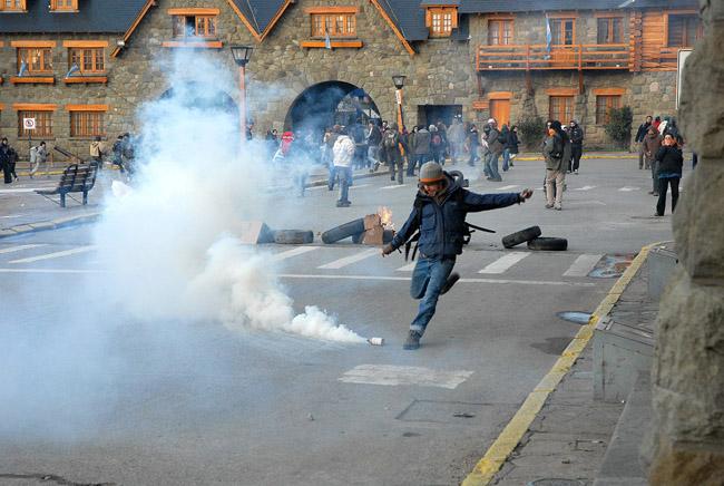 Gases lacrimógenos en el centro cívico de Bariloche