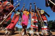 Abor�genes reclaman sus tierras ancestrales con fotos sobre su miseria