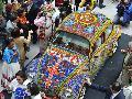 Ind�genas mexicanos transforman un Volskwagen Escarabajo en una obra de arte