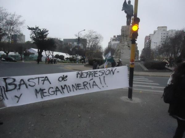 Una represión en def...