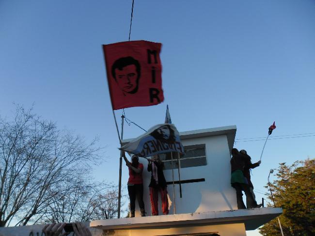 Las banderas flamean...