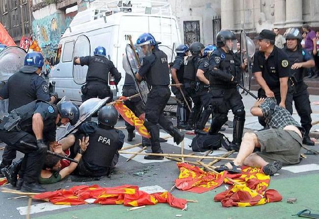 La polícia reprimien...