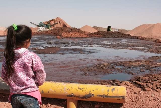 http://argentina.indymedia.org/uploads/2014/03/ni_a-mapuche-con-petroleo.jpgmid.jpg