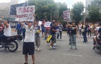 Foto de los familiares, amigos y vecinxs reclamando por la libertad