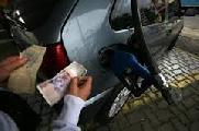 Pese a hist�rica ca�da del precio del petr�leo, el gobierno sigue aumentando la nafta