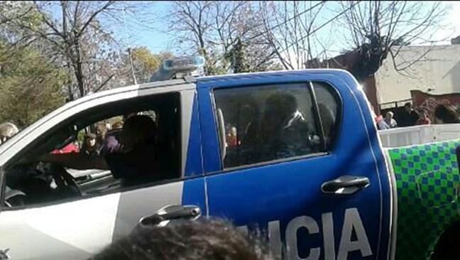 Policías armados gol...