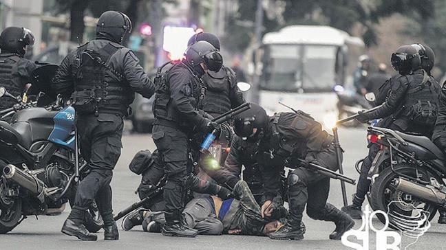 La policía reprimió ...