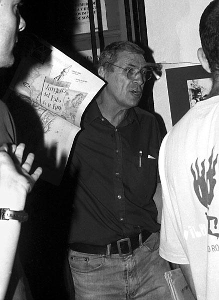 Carlos con el periodico de Argentina Arde /2001